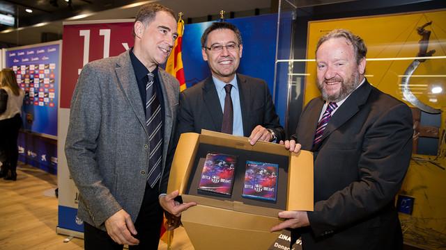 Jordi Llompart presents a copy of 'Barça Dreams' to President Bartomeu. / GERMÁN PARGA - FCB