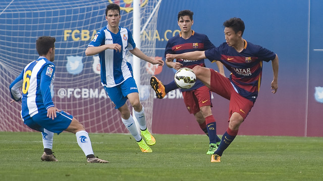 Paik fights to retrieve possession / PACO LARGO - FCB