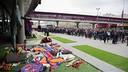 ヨハン・クライフに追悼を行なうために列に並ぶ人々 / FCB
