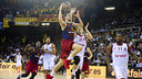 Satoransky takes on the Brose Baskets defence / VÍCTOR SALGADO - FCB