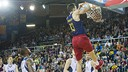Satoransky slams one through the ICL Manresa defence / VICTOR SALGADO - FCB