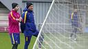 Luis Enrique conversa amb Mascherano durant l'entrenament / MIGUEL RUIZ - FCB