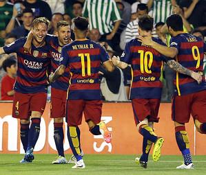 Os craques do Barça comemoram o gol de Rakitic no Benito Villamarín