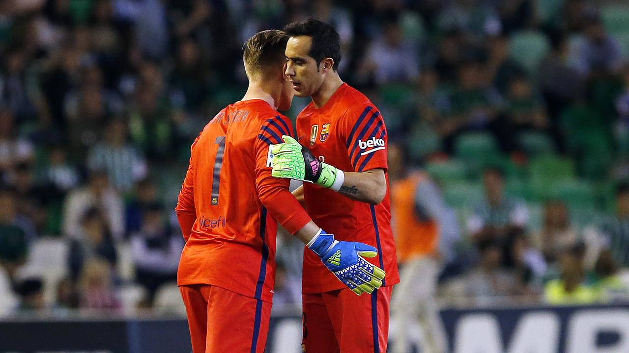 Bravo being substituted by Ter Stegen / MIGUEL RUIZ - FCB