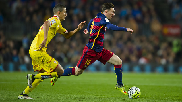Lionel Messi runs away from a Sporting defender in one of April's big games. / VICTOR SALGADO - FCB