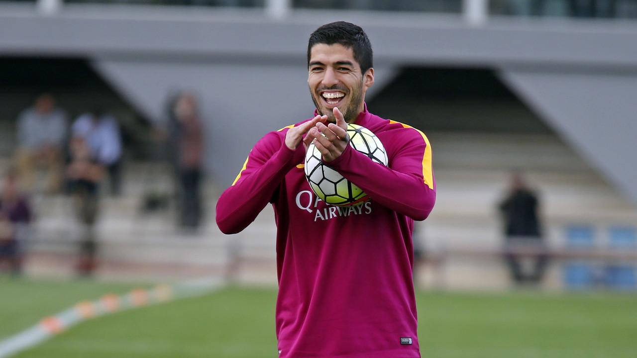 Luis Suárez aplaude una jugada de sus compañeros en un entrenamiento / MIGUEL RUIZ - FCB