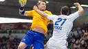 Kamil Syprzak fires past Mikel Aguirrezabalaga / MARTA CONTIN - ASOBAL