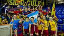 El equipo celebra el título conseguido con los aficionados / VICTOR SALGADO - FCB