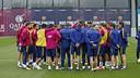 練習場でコーチスタッフのことばに耳を傾けるトップチーム / MIGUEL RUIZ - FCB