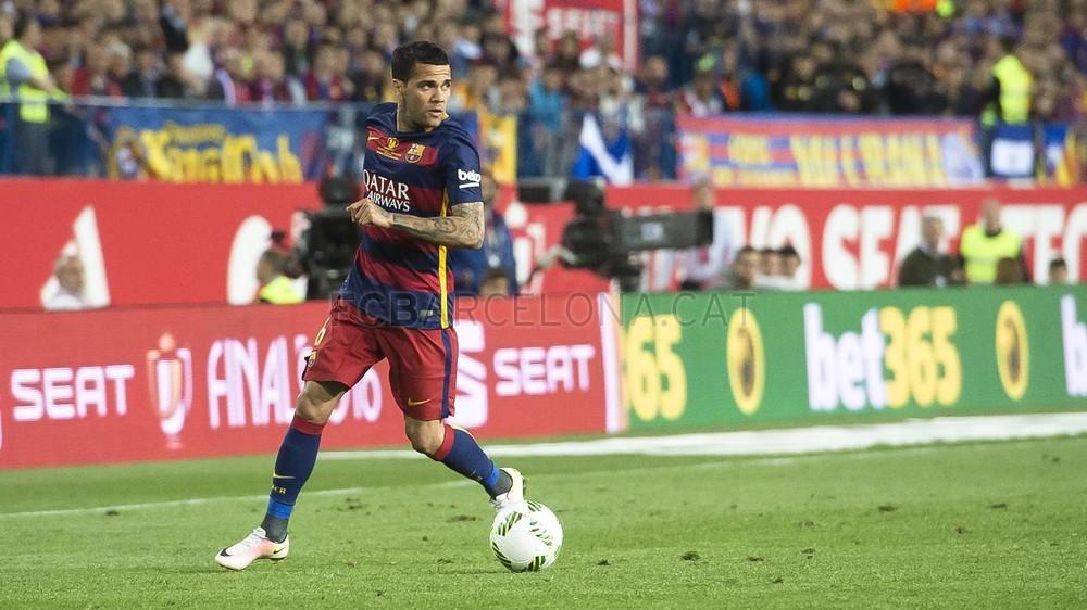 Juventus teria fechado a contratação do lateral Daniel Alves, do Barcelona