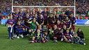 The first team celebrating the Cup victory at the Vicente Calderón/ MIGUEL RUIZ - FCB