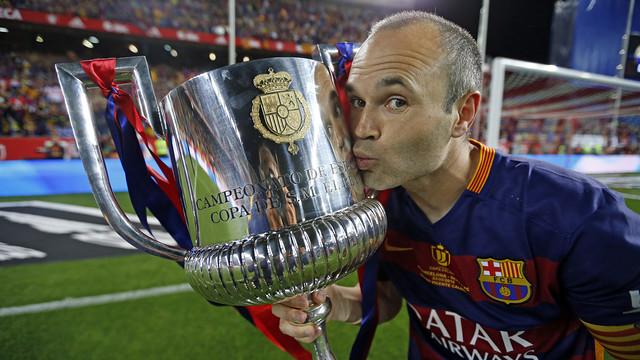 Andrés Iniesta kissing the cup in the Vicente Calderón / MIGUEL RUIZ - FCB