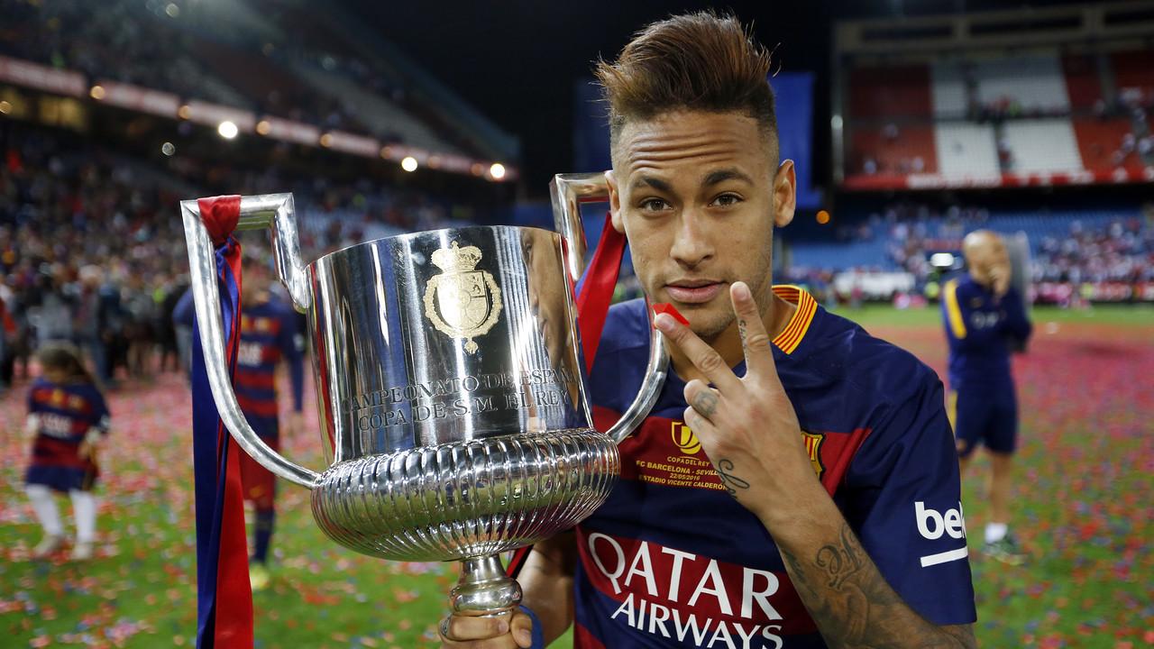 Neymar Jr, com a Copa do Rei conseguida contra o Sevilla / MIGUEL RUIZ - FCB