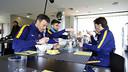 Uno de los momentos del documental, con una parte del equipo de trabajo de Luis Enrique comiendo en la Ciudad Deportiva / MIGUEL RUIZ - FCB