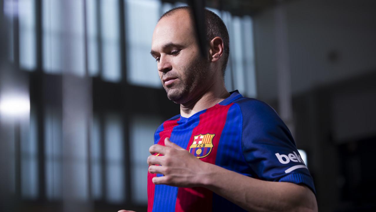 Andrés Iniesta durante el rodaje de la nueva camiseta del FC Barcelona / FCB